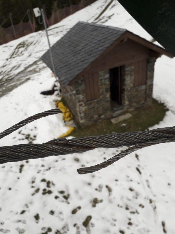 Un dels cables dels remuntadors sabotejats.