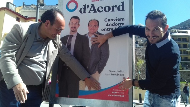 Joan Fernández i Gerard Alís, números 2 i 1 de la territorial de d'Acord, amb el cartell acabat d'enganxar.