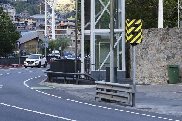 Radar davant de l'Estadi Comunal d'Andorra la Vella.