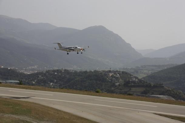 Un avió arribant a l'aeroport d'Andorra-la Seu d'Urgell.