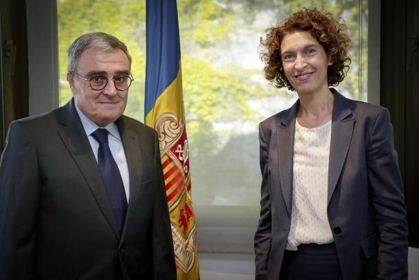 Àngel Ros presenta les còpies d'estil com a nou ambaixador d'Espanya a Maria Ubach