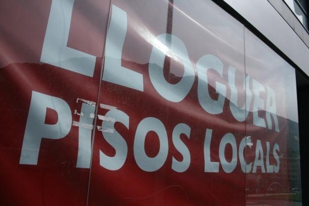 Oposició dels propietaris a l'obligació de decorar amb vinils els locals buits