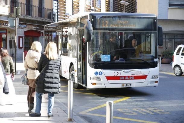 Un autobús de línia circula per Andorra la Vella.