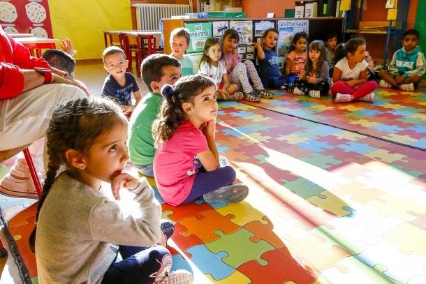 Pares i mares van acompanyar els fills en el primer dia del curs, a l'escola andorrana de maternal i primera ensenyança de Sant Julià.