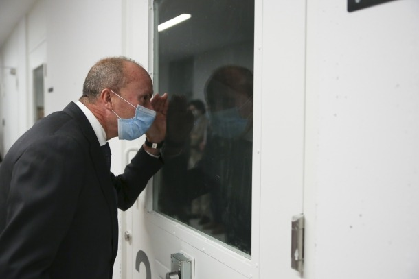 El ministre Rossell, al soterrani, la planta on es troben els calabossos per als detinguts.