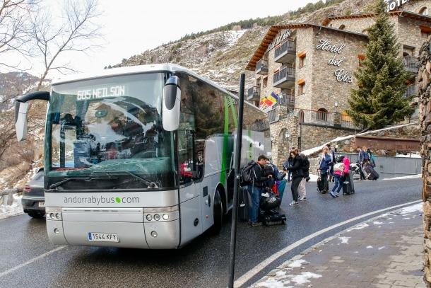 Els primers esquiadors britànics es desvien a Reus per la boira de Lleida