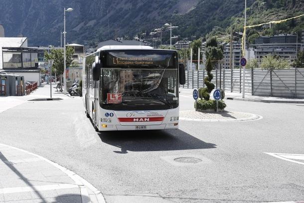 Un autobús que ofereix el servei de transport regular nacional.