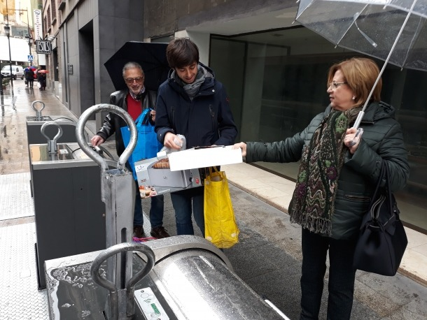 Dolors Carmona, Sergi González i Evarist Vilaginés, ahir, reciclant.