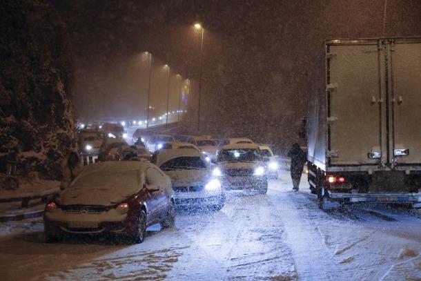Complicacions a la xarxa viària per la neu i l'alta afluència de visitants