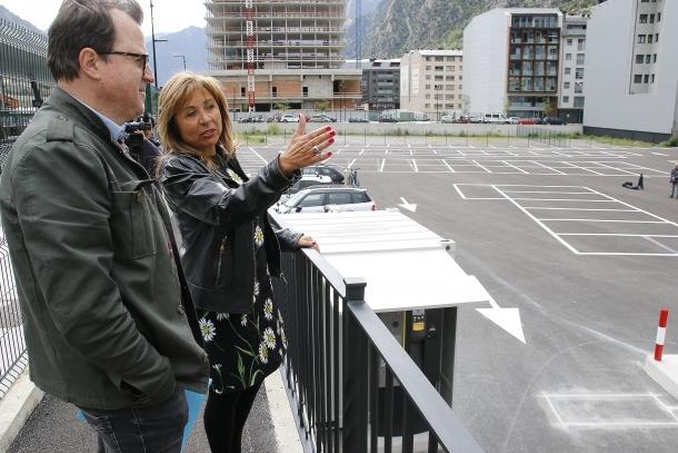 Conxita Marsol amb el conseller Josep Antoni Cortés, ahir a l'aparcament de l'estació.