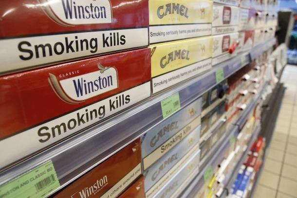 Cartrons de tabac en un establiment del Principat.
