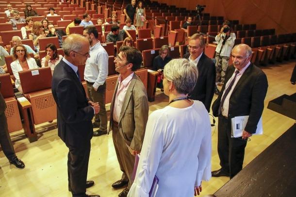Antoni Martí saludant els ponents i el moderador en la inauguració de la Universitat d'Estiu, ahir.