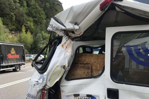 Estat en què va quedar la furgoneta que es va estavellar amb un camió.