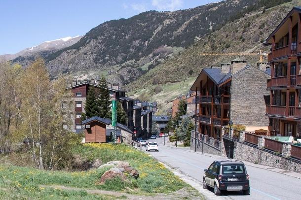 Imatge d'un dels carrers del Tarter, un poble amb un volum elevat d'apartaments turístics.