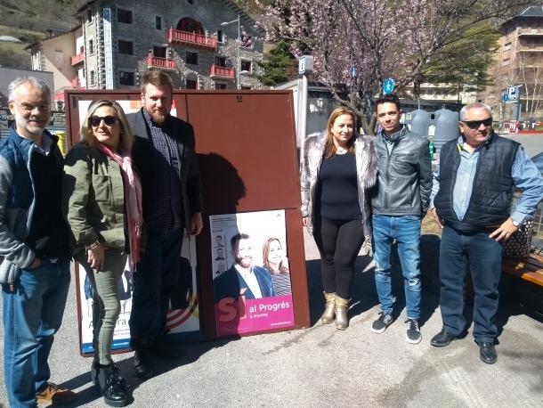 Aaron Comella i Judith Montoro amb el candidat nacional, Josep Roig, i altres de Progressites-SDP.