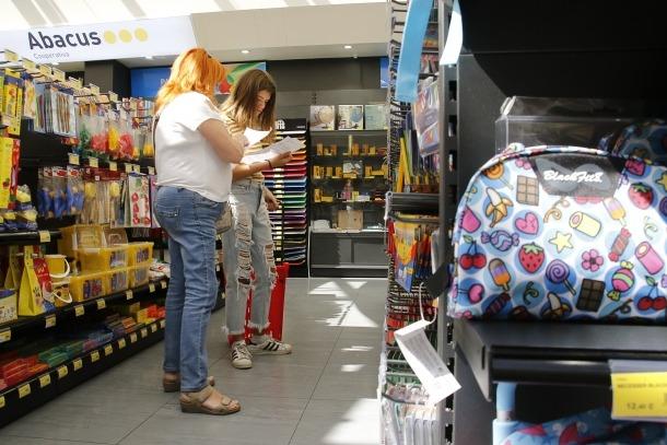 Les famílies compren aquests dies els productes que els falten per completar la llista de material per al nou curs.