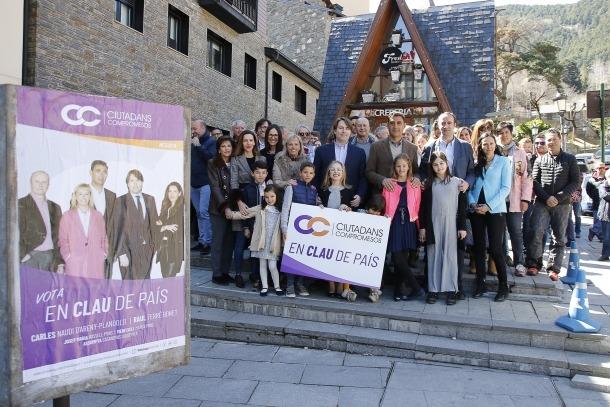 Carles Naudi i Raül Ferré, acompanyats per la resta de candidats i membres de Ciutadans Compromesos després de penjar el primer cartell.