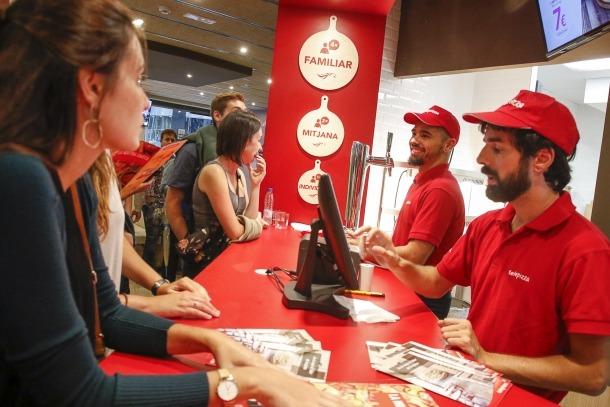 Clients fent comandes al nou local de Telepizza a Andorra.