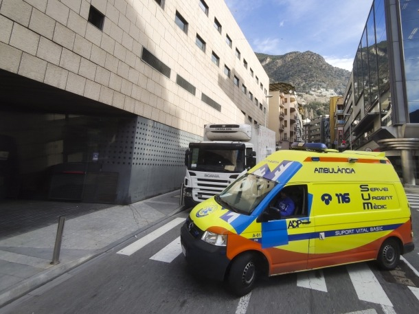 Una ambulància accedint a l'hospital Nostra Senyora de Meritxell.