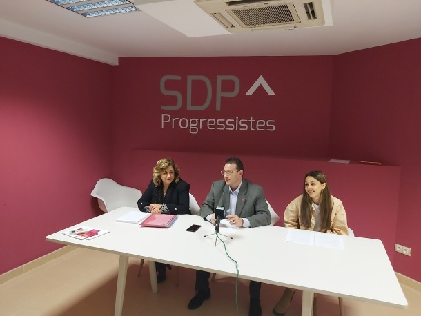 Elisabet Zoppetti, Josep Lluís Donsión i Laia Moliné ahir a la seu de Progressistes-SDP.
