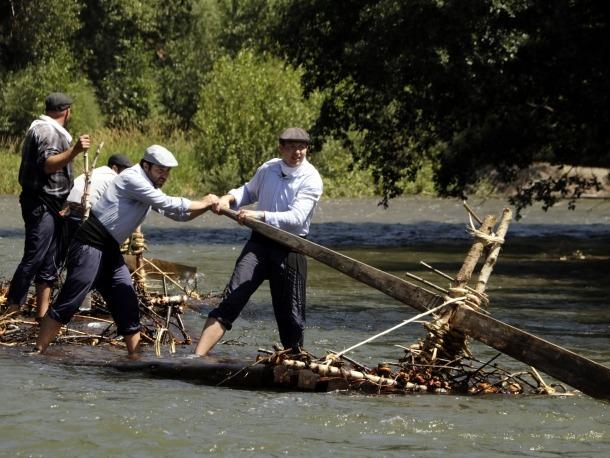 Un dels rais baixant pel riu Noguera Pallaresa de camí al Pont de Claverol.