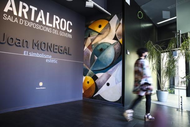 Una de les últimes visitants que va desfilar ahir per ArtalRoc, després de cinc anys com a sala d'exposicions.
