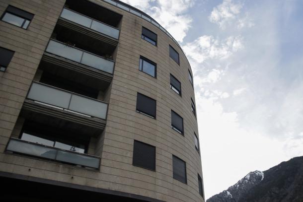 L'edifici del Clot d'Emprivat on s'ubiquen els pisos venuts en lot.