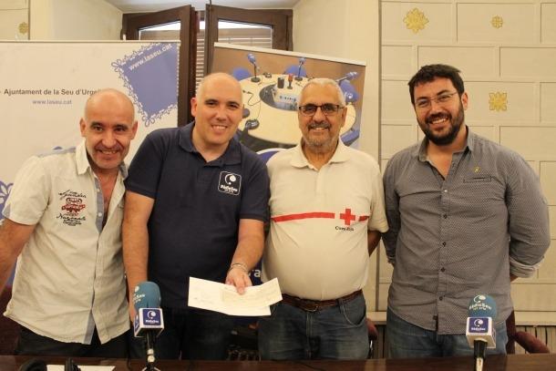 L'entrega del xec solidari de 350 euros a Aliments per la Solidaritat.