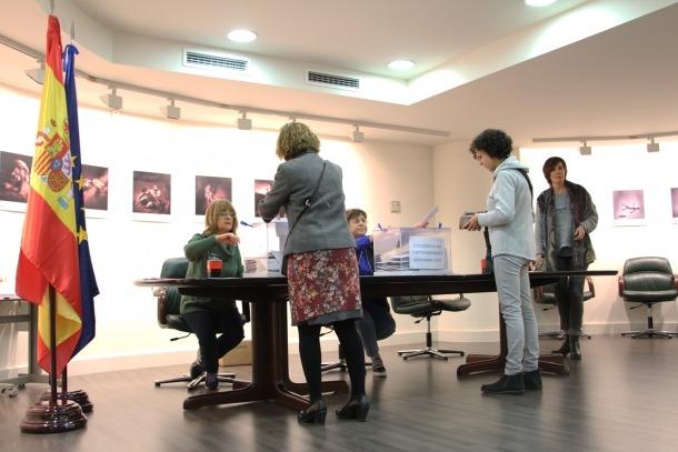 Electors votant al Consolat d'Espanya a Andorra.
