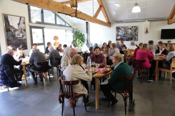 Prop de quaranta persones es van donar cita ahir al migdia per dinar i compartir l'estona a la Llar de Lòria.