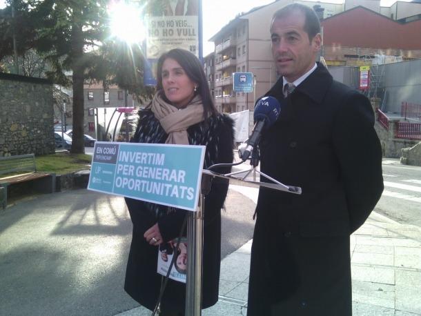 Laura Mas i Josep Maria Marot van parlar sobre reactivació comercial i hotelera davant de l'hotel Rosaleda.