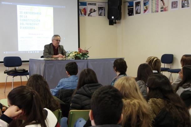 Pere Vilanova durant la xerrada al Col·legi Espanyol María Moliner.