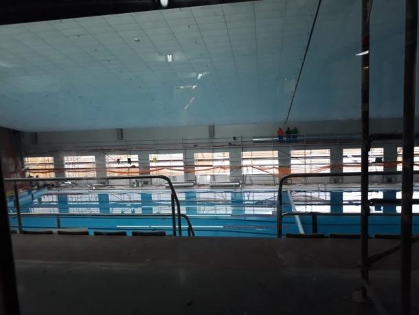 Situació en què es trobava la piscina dels Serradells a principis de setmana, amb els finestrals oberts.
