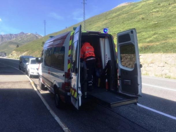 Un dels tècnics del transport sociosanitari realizant un servei de trasllat al Pas.