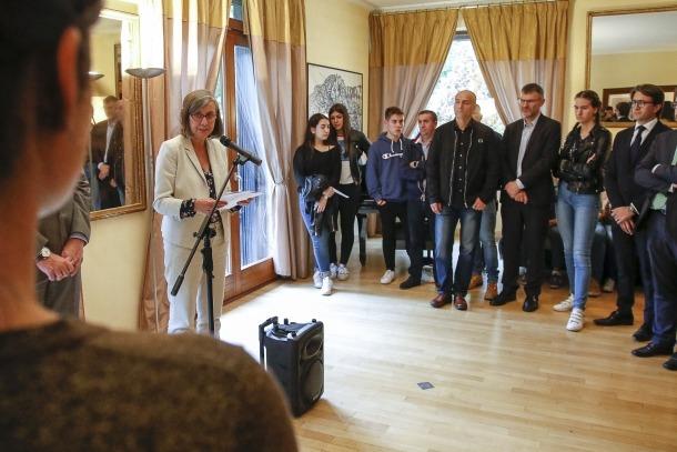 Moment en què l'ambaixadora francesa s'adreça als alumnes.