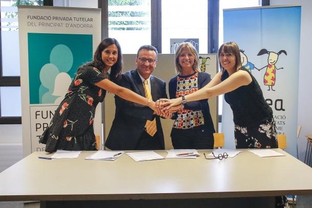 Inés Martí i Joan Carles Rodríguez Miñana van signar el conveni entre les dues entitats.