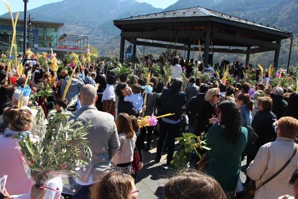 Centenars de persones omplen la plaça del Poble per beneir palmes i palmons