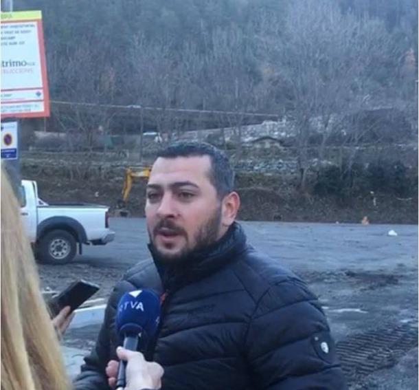 Santiago González va explicar el projecte al peu de l'antic telecabina, ahir.