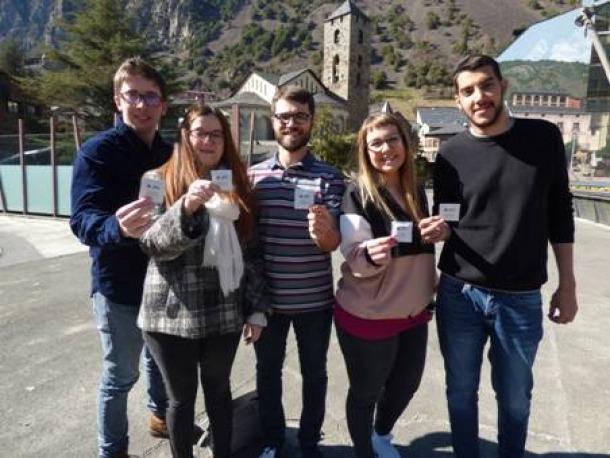 Membres de la Joventut Socialdemòcrata que van repartir els preservatius, ahir.