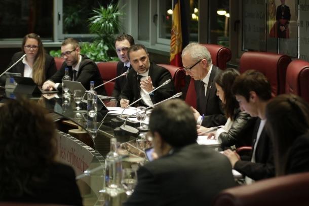 El cònsol menor, Marc Casal, respon als consellers de la minoria, d'esquenes.