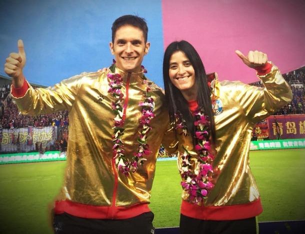 Jordi Escura i la seva parella, Erica Hernández, celebren l'ascens del Qingdao Huanghai.