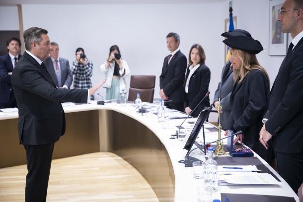 El nou conseller Carles Areny durant el jurament del càrrec de conseller.