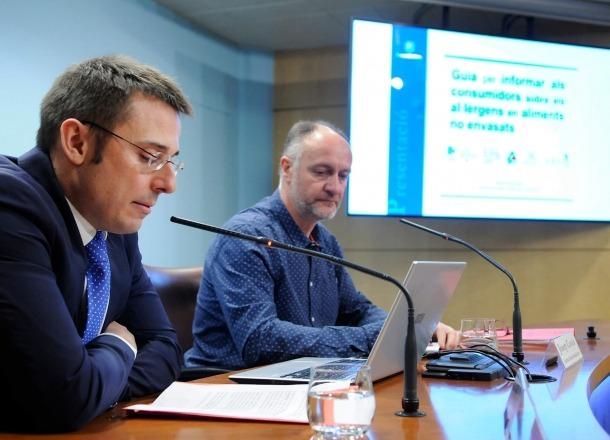 Joan Leon i Josep Casals van presentar ahir la guia d'al·lèrgens en aliments no envasats.