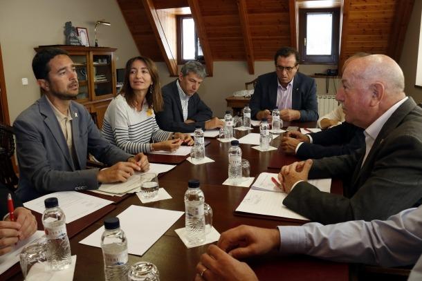 Damià Calvet i Carlos Barrera en una reunió amb tècnics.