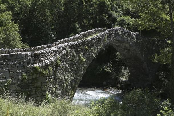 Un dels caps del pont, el més proper a la carretera, ha mostrar una major feblesa; l'altre està més sòlidament ancorat a la roca.