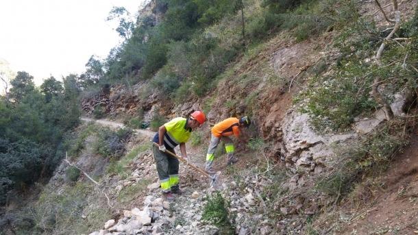 Operaris del Consell Comarcal treballant en la retirada de roques.