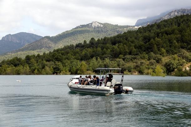 Una embarcació amb turistes navegant pel pantà de Canelles en direcció al Congost de Mont-Rebei, dissabte passat.