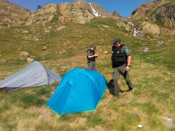Agents rurals fent una inspecció al Parc Natural de l'Alt Pirineu