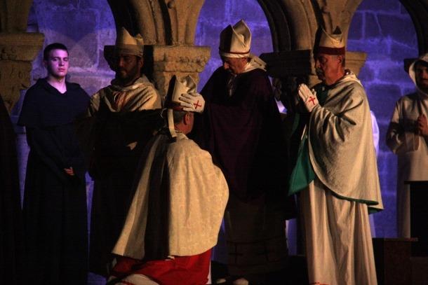 Moment de l'espectacle en el qual s'anomena el nou bisbe, ahir.