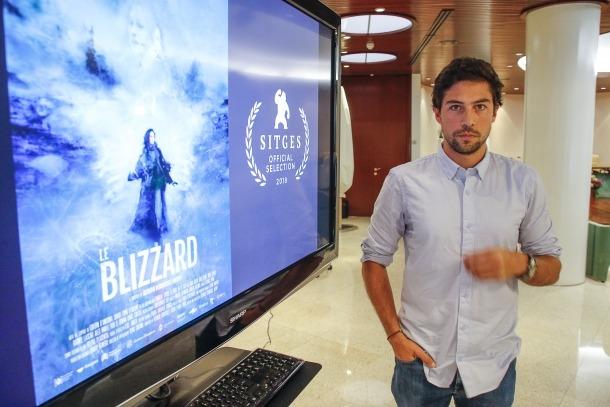 Areny posava aquets matí davant del cartell del curt al Comú d'Encamp, que ha aportat 2.000 euros al projecte.